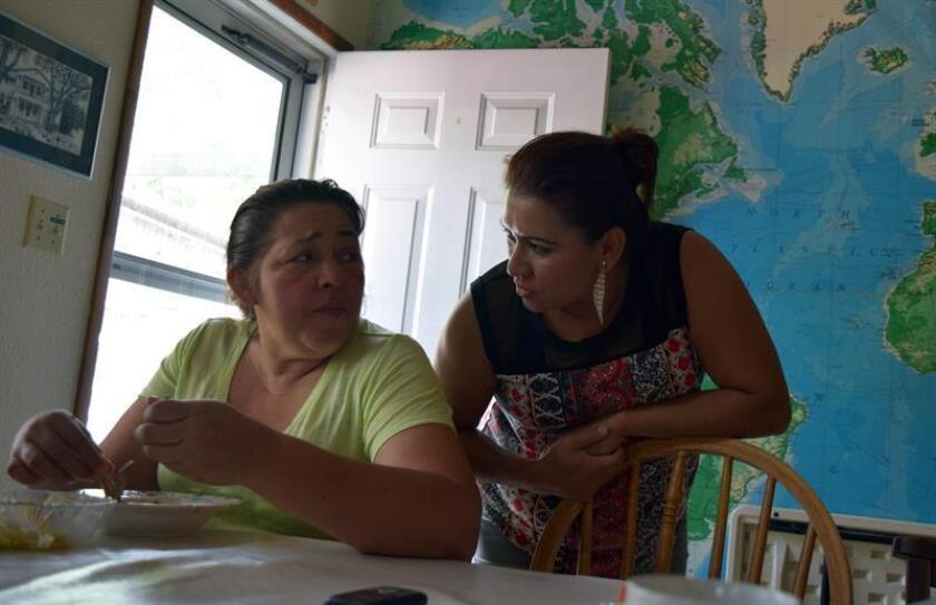 """Alarma entre familias inmigrantes por la propuesta de """"carga pública"""""""