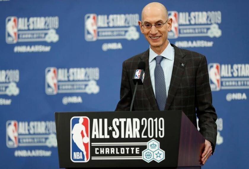 """""""Llevar los partidos de pretemporada de la NBA a Japón ayudará a acelerar el crecimiento del baloncesto en un país que cuenta con una próspera cultura deportiva y una de las economías más grandes del mundo"""", destacó el comisionado de la NBA, Adam Silver (imagen), en un comunicado. EFE/Archivo"""
