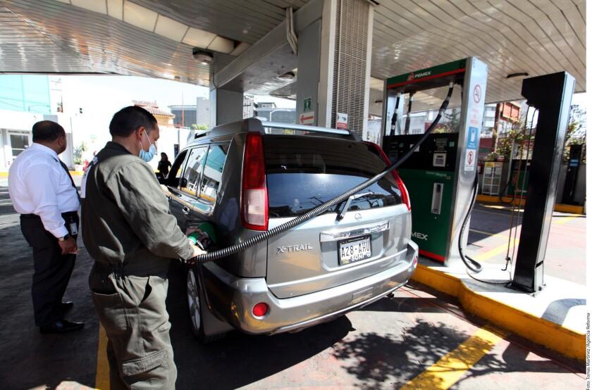 Para llenar un tanque de gasolina el 1 de enero de 2017, se requerirán al menos dos salarios diarios de trabajadores del sector privado, según un ejercicio realizado por Grupo REFORMA.