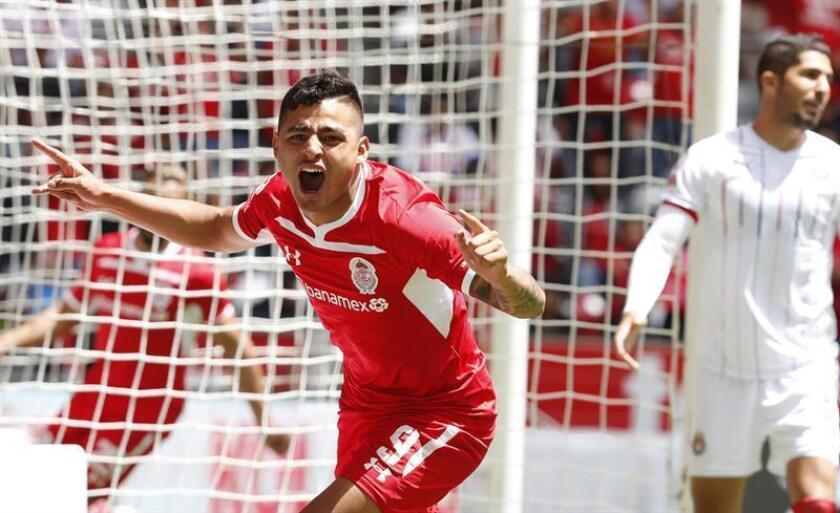 El jugador Ernesto Alexis Vega de Toluca celebra su gol ante Chivas Guadalajara hoy, domingo 5 de agosto de 2018, durante el juego de la jornada 3 del fútbol mexicano, en el estado Nemesio Diez de la ciudad de Toluca (México). EFE