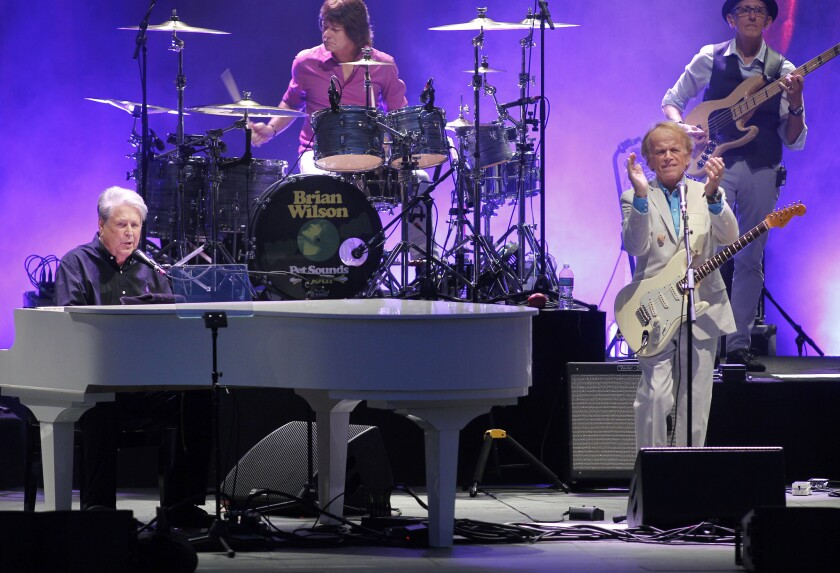 Los exintegrantes de los Beach Boys Brian Wilson, izq., y Alan Jardine, der., durante su presentación del 10 de julio en el Hollywood Bowl.