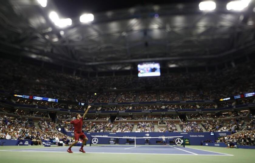 El tenista suizo Roger Federer fue registrado este martes al servirle una bola al japonés Yoshihito Nishioka, durante un partido de primera ronda del Abierto de Tenis de Estados Unidos, en el Centro Nacional de Tenis USTA de Flushing Meadow (Nueva York, EE.UU.). EFE