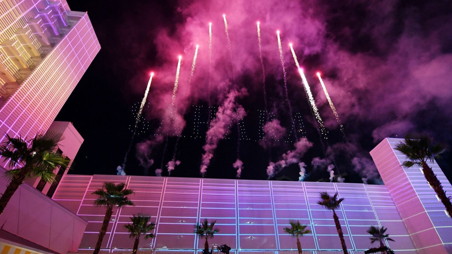 Sahara Hotel Returns To Las Vegas In Splashy Renaming Ceremony Bye Bye Sls Los Angeles Times