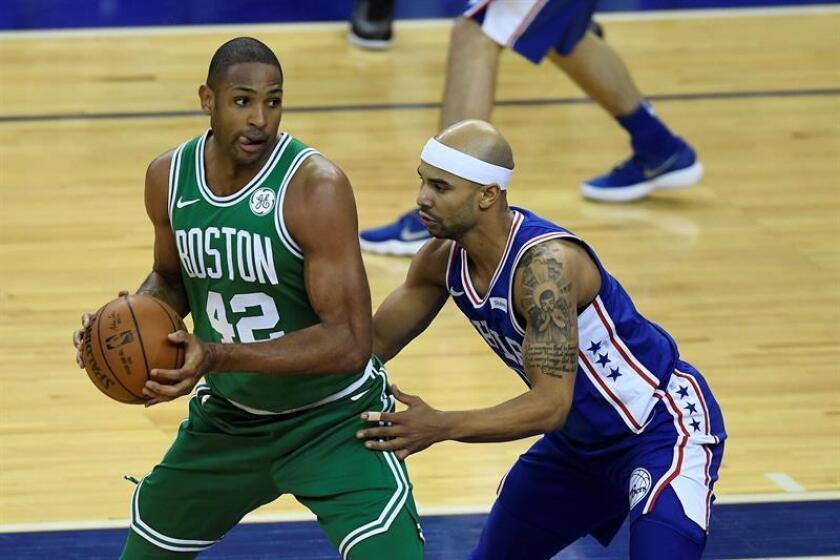 En la imagen un registro Al Horford (i), pívot dominicano de los Celtics de Boston, quien aportó 22 puntos, incluida la canasta definitiva, en el triunfo de equipo 97-96 a los Trail Blazers de Portland. EFE/Archivo