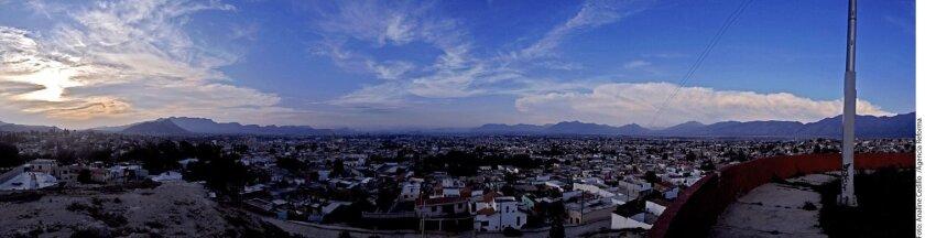 El Mirador de la Plaza México, flanqueada por el Cerro del Pueblo y la Sierra de Zapalinamé, ofrece una bella panorámica.