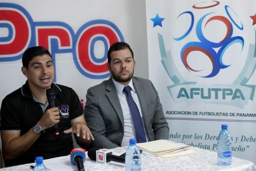 El presidente de la Asociación de Futbolistas de Panamá (Afutpa), Juan Ramón Solís (i), y su abogado Jaime Quintero (d) hablan hoy jueves 31 de enero de 2019 durante una conferencia de prensa para exiguir garantías en los pagos a los jugadores de la Liga Panameña de Fútbol (LPF). EFE
