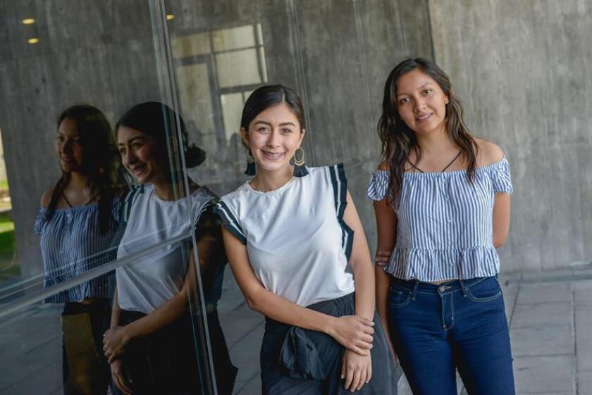 Fotografía cedida hoy, viernes 8 de febrero de 2019, por el Tec de Monterrey que muestra a las estudiantes María Fernanda Nava (i) y Adriana Vargas (d), mientras posan. EFE/ Tec De Monterrey SOLO USO EDITORIAL
