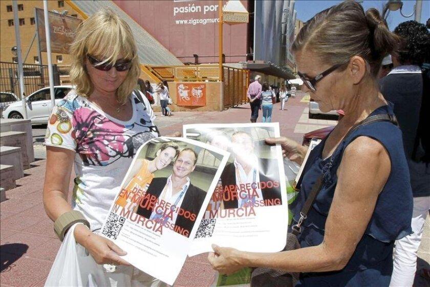 Dos ciudadanas holandesas (d) muestran en Murcia el cartel de búsqueda que anuncia la desaparición de la pareja holandesa integrada por la ex jugadora internacional de voleibol Ingrid Visser y su compañero sentimental Lodewijk Severein, en paradero desconocido desde la semana pasada. EFE
