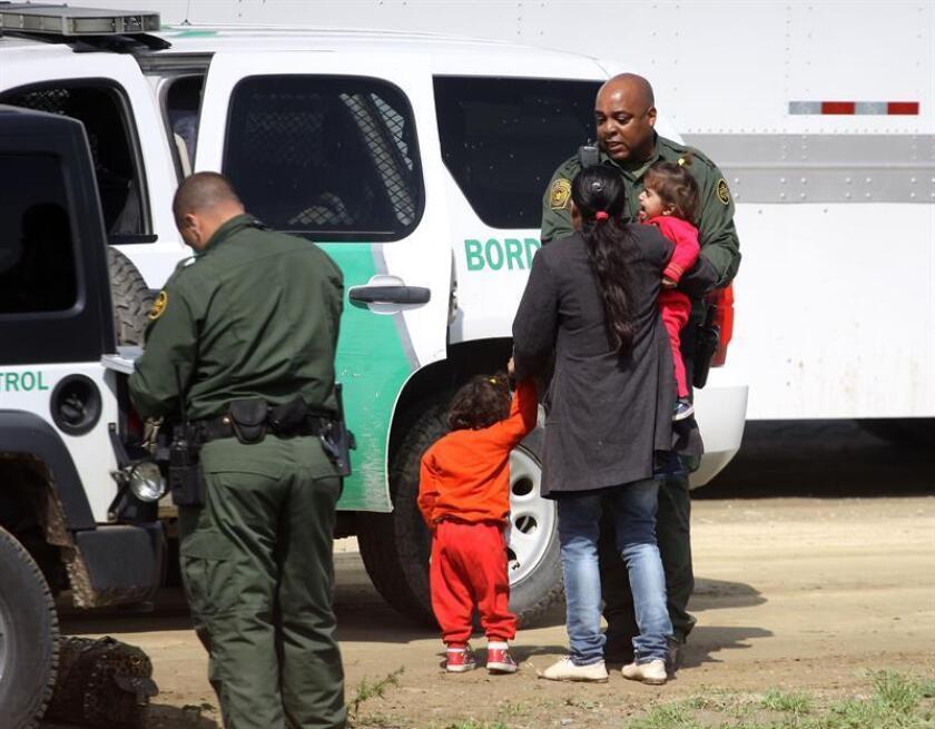La Administración del presidente Donald Trump aseguró hoy que su programa de tolerancia cero es necesario, tras la publicación de datos del Departamento de Seguridad Nacional (DHS) sobre el tráfico de seres humanos en la frontera, donde aumentaron en un 1,8 % los cruces ilegales. EFE/Archivo