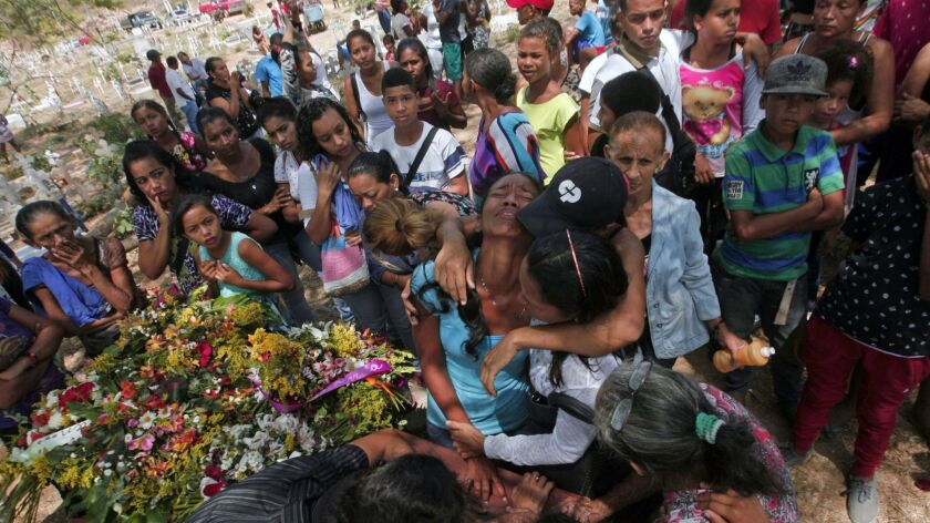 TOPSHOT-VENEZUELA-JAIL-FIRE-VICTIMS-FUNERAL