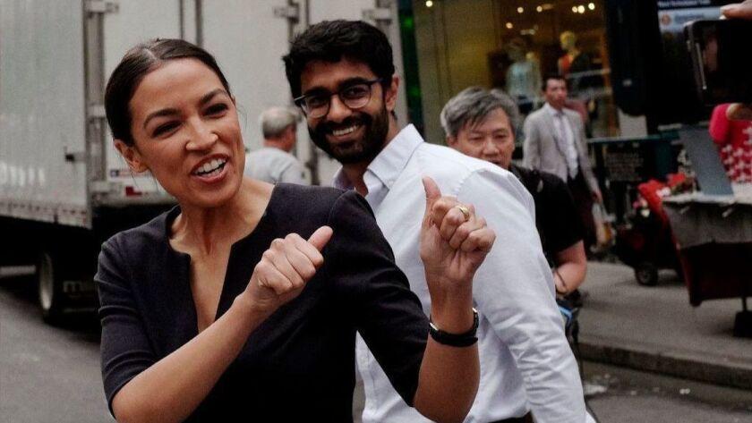 Alexandria Ocasio-Cortez derrotó a un poderoso político en las primarias demócratas por el Congreso en Nueva York, en parte, impulsada por una campaña a través de un video viral. (Mark Lennihan / Associated Press)