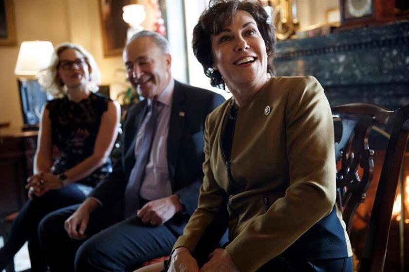El líder de la minoría demócrata en el Senado, Chuck Schumer (c), habla con las senadoras electas en Arizona y Nevada, Kyrsten Sinema (i) y Jacky Rosen (d), durante su reunión en Washington, Estados Unidos, hoy, 13 de noviembre de 2018. EFE