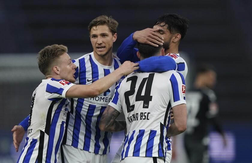 Nemanja Radonjic celebra tras anotar el tercer gol del Hertha Berlín ante Freiburgo por la Bundesliga, el jueves 6 de mayo de 2021. (AP Foto/Michael Sohn, pool)