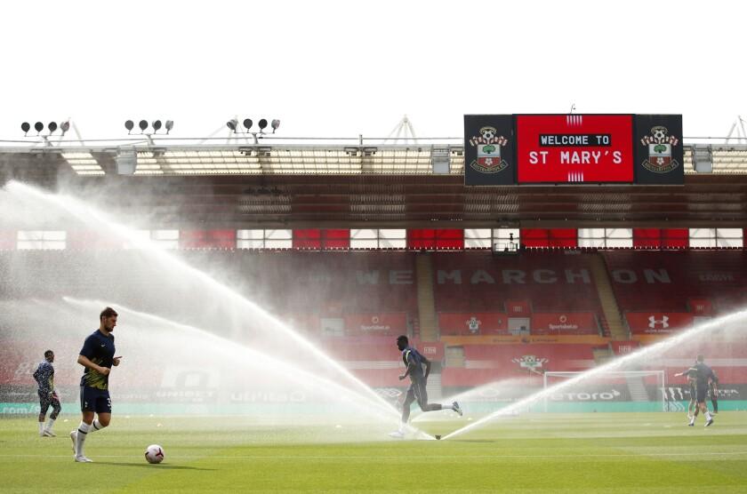 Los jugadores de Tottenham durante su estiramiento previo al partido contra Southampton en la Liga Premier inglesa, el domingo 20 de septiembre de 2020. (Andrew Boyers/Pool via AP)