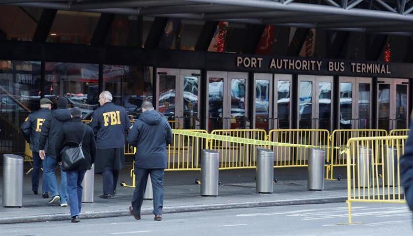 Fotografía de archivo donde se observan a agentes del FBI en las inmediaciones de la terminal de autobuses de la Autoridad del Puerto en Nueva York (Estados Unidos). EFE/Archivo