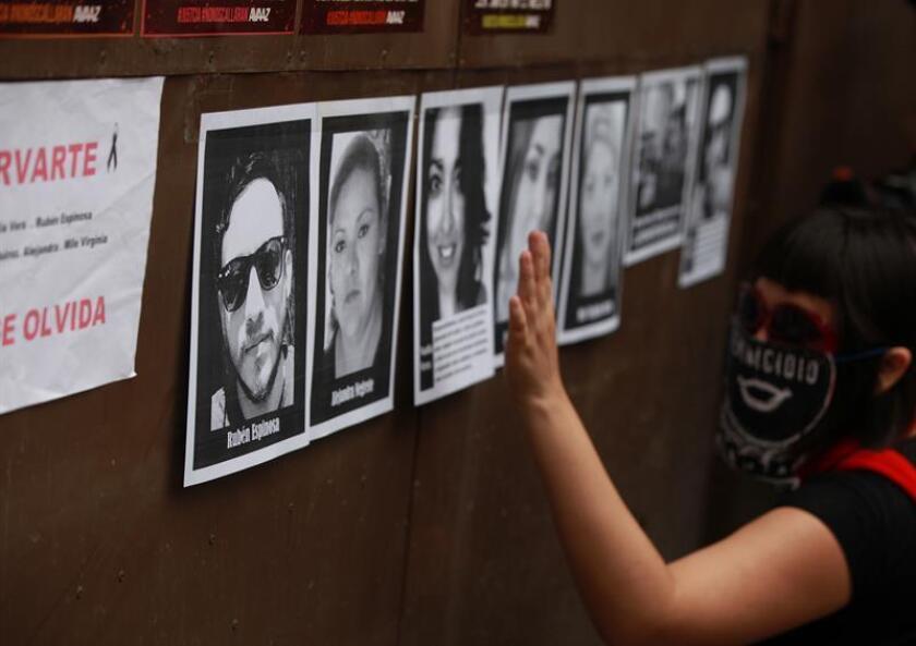 Un grupo de familiares y periodistas colocan fotografías en el domicilio donde ocurrieron los hechos en Ciudad de México (México), y en donde exigieron el esclarecimiento de la muerte del fotoperiodista Rubén Espinosa. EFE/Archivo