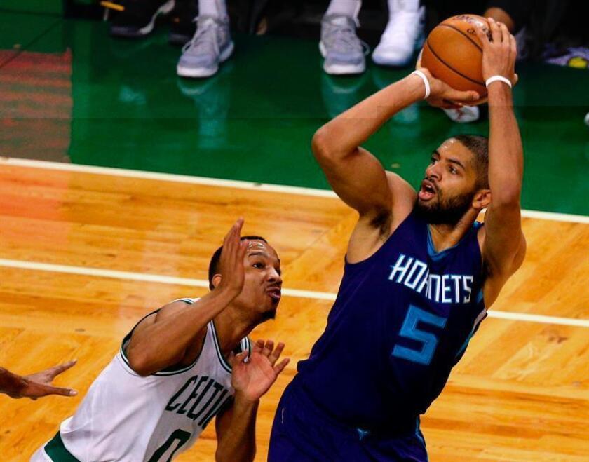 Batum (d), que ha encontrado su mejor rendimiento desde que llegó a los Hornets, logró doble-doble de 16 puntos, 13 rebotes y ocho asistencias, que lo dejaron como el jugador más completó de Charlotte. EFE/Archivo