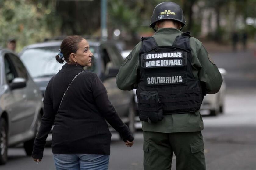 Amnistía Internacional (AI) condenó hoy el uso intencional de la fuerza letal en operaciones de mantenimiento del orden público por parte del Gobierno venezolano, y exigió una investigación imparcial sobre el operativo en que murió el policía Óscar Pérez. Aura Perez (i), tía de Oscar Pérez, habla con uno de los militares que custodian la morgue hoy, miércoles 17 de enero del 2018, en Caracas (Venezuela). EFE