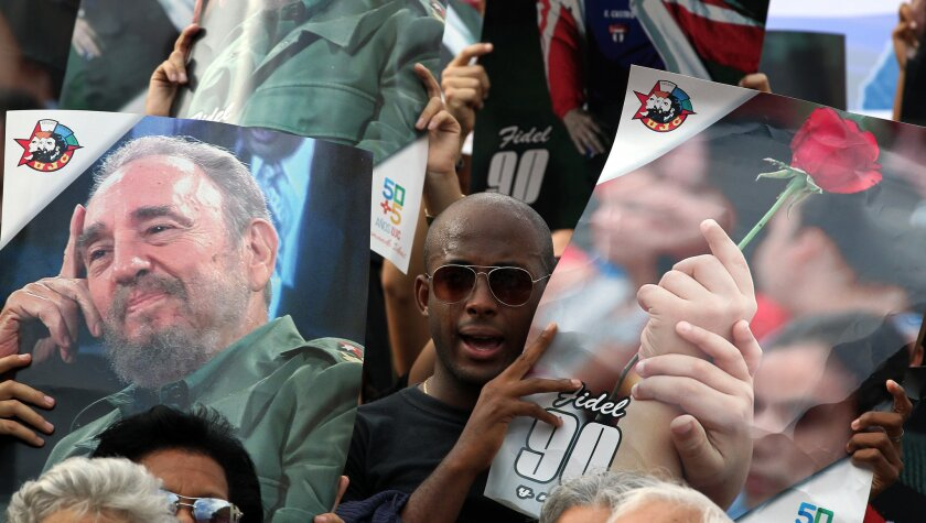 Cientos de jóvenes cubanos participan de una concentración en la Universidad de La Habana, para recordar al fallecido líder de la revolución cubana Fidel Castro.
