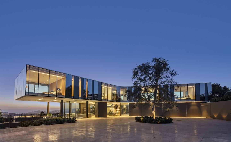 Propeller-shaped spec home in Bel Air