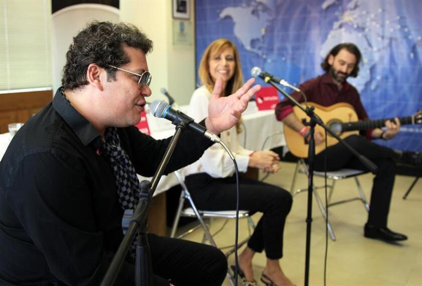 El cantautor colombiano Chabuco (i) busca conquistar el mercado latino de EE.UU. con su proyecto de vallenato a su estilo, en que mantiene la raíz del género pero lo fusiona con diversos ritmos, lo que asegura enriquece el folclor de su país. EFE/ARCHIVO