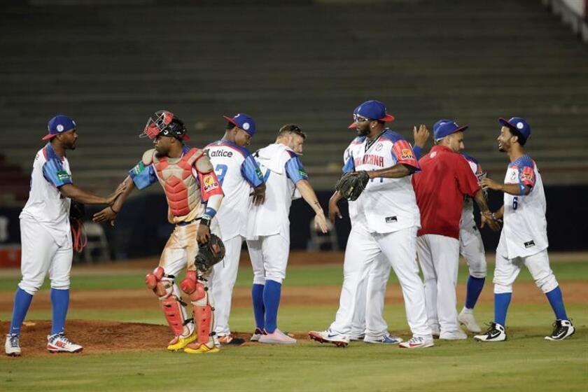 Jugadores de las Estrellas Orientales de República Dominicana celebran tras ganar 5-3 a los Toros de Herrera de Panamá este viernes, durante un partido de la Serie del Caribe entre Toros de Herrera de Panamá y Estrellas Orientales de República Dominicana en el Estadio Nacional Rod Carew, en Ciudad de Panamá (Panamá). EFE