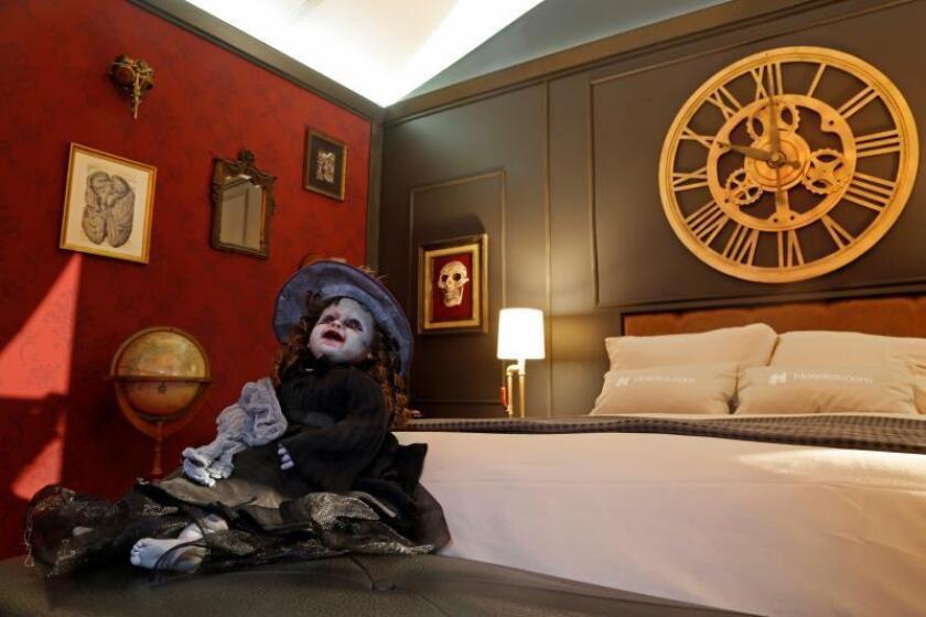 Los monstruos de Guillermo del Toro duermen en una habitación