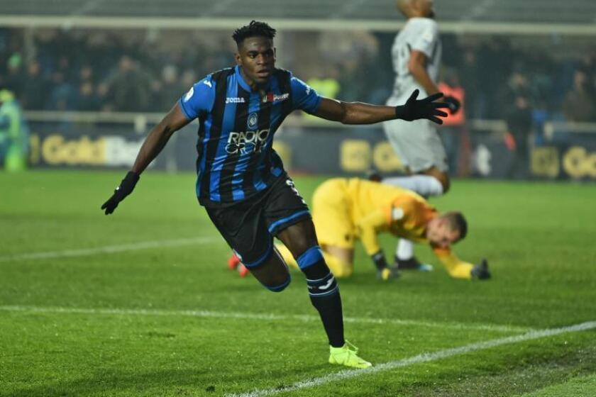 El delantero colombiano del Atalanta Duvan Zapata celebra su gol al Roma en el Atleti Azzurri d'Italia en Bérgamo, Italia. EFE/EPA
