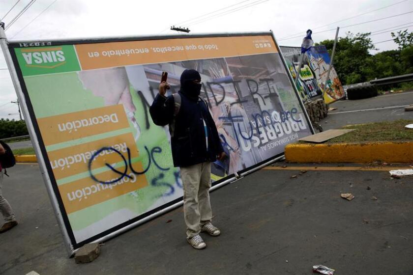 Un manifestante participa en el bloqueo de una vía hoy, miércoles 6 de junio de 2018, en una de las carreteras de acceso a Masaya (Nicaragua). EFE