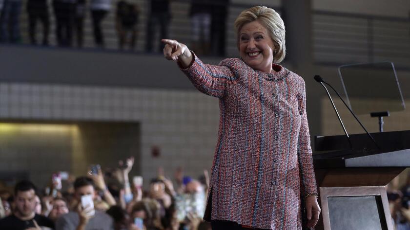 La candidata demócrata a la presidencia Hillary Clinton saluda al llegar a un mitin en la Universidad de North Carolina, en Greensboro, North Carolina, el jueves 15 de septiembre del 2016. Clinton volvió a hacer campaña tras descansar durante tres días por neumonía.
