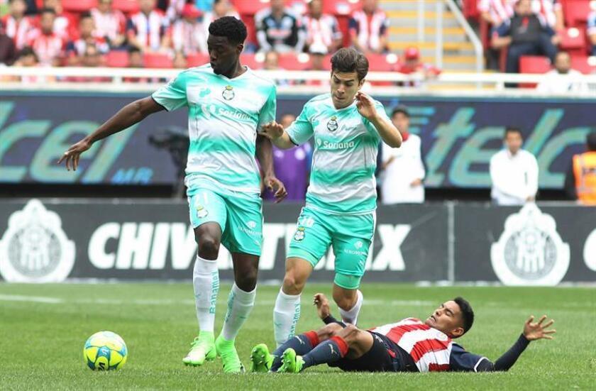 José Juan Vázquez (d) de Chivas disputa el balón contra Djaniny Tavares (i) y Ulises Rivas (c) de Santos. EFE/Archivo