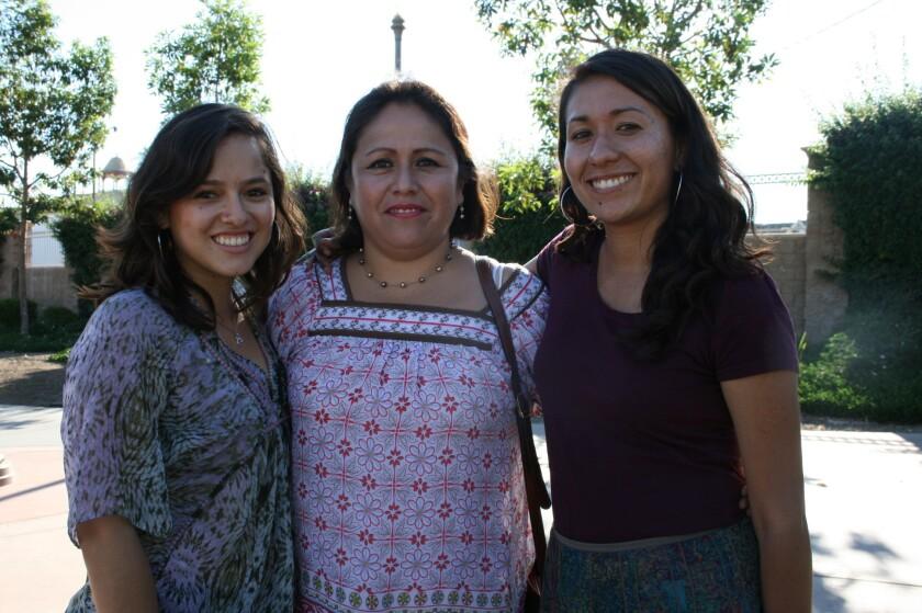 Roxanna Curiel (izquierda) es educadora juvenil del Centro de Mujeres del Este de Los Ángeles (ELAWC). Aparece junto a ella aparece Libia Alfaro, sobreviviente de violencia doméstica y Carla Osorio, coordinadora del programa Boyle Heigths.