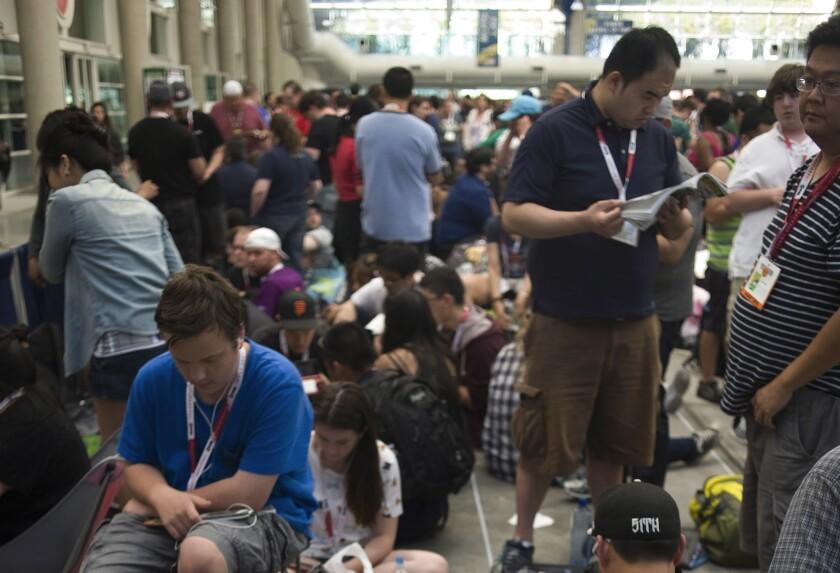 Ayer en la noche, antes de que se iniciara Comic-Con, muchos estaban ya haciendo fila a las afueras del Centro de Convenciones de San Diego para poder entrar de inmediato al evento que se inicia hoy.