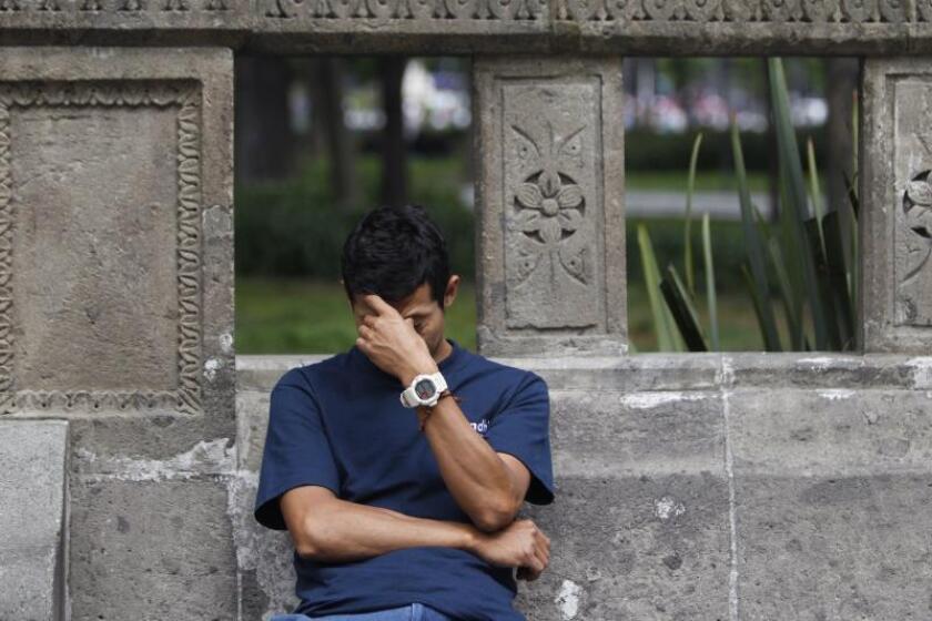 Un hombre reacciona a un dolor de cabeza en Ciudad de México (México). EFE/Sáshenka Gutiérrez/Archivo