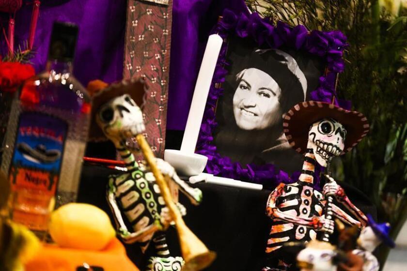 Una fotografía de la chilena Gabriela Mistral ocupa un lugar en un altar de muertos hoy, miércoles 24 de octubre de 2018, de un altar de muertos como tributo a ella y a las artistas Violeta Parra y la mexicana Frida Kahlo, una tradición de México por el Día de los Muertos, en el Museo Violeta Parra, en Santiago (Chile). EFE