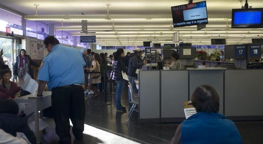 Largas líneas en la oficina del Departamento de Vehículos Motorizados (DMV) de Hollywood, California. EFE/Archivo