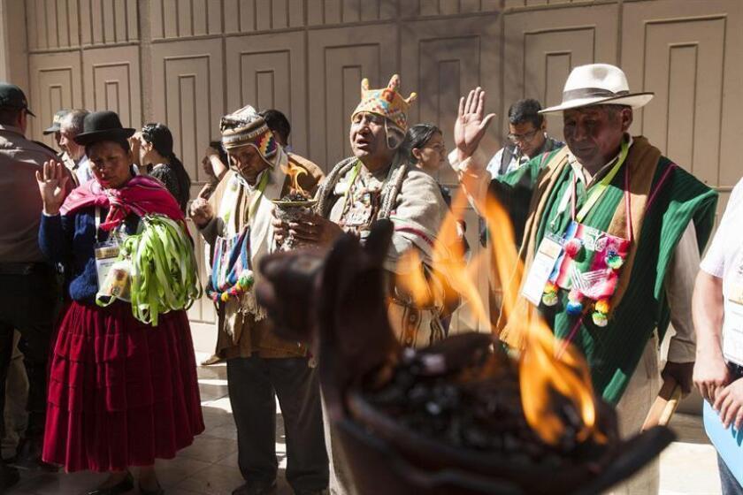 Grupos asistentes de indígenas realizan ceremonias de pago a la tierra antes de ingresar al Foro de los Indígenas hoy, martes 10 de abril de 2018, en Lima (Perú). EFE
