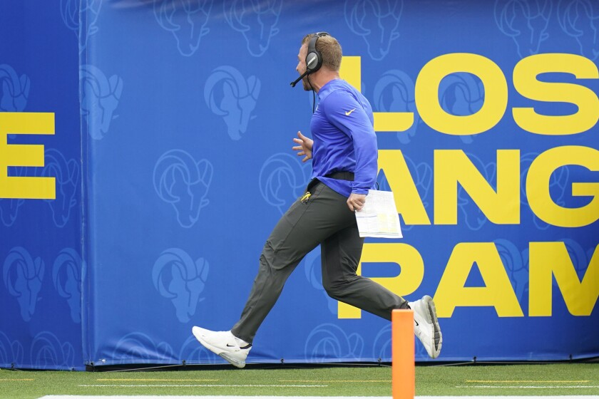 Huấn luyện viên trưởng Sean McVay của Rams thể hiện sự phấn khích của mình bên lề sau pha bắt bóng chạm trán của DeSean Jackson.