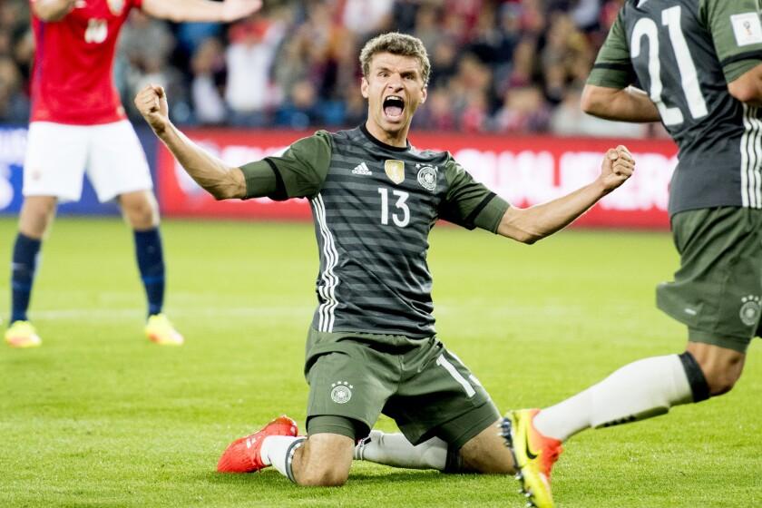 Thomas Muller, de la selección de Alemania, celebra luego de anotar el tercer gol de su equipo ante Noruega en un cotejo de la eliminatoria mundialista, efectuado el domingo 4 de septiembre de 2016 en Oslo (Jon Olav Nesvold/NTB Scanpix via AP) ** Usable by HOY, ELSENT and SD Only **