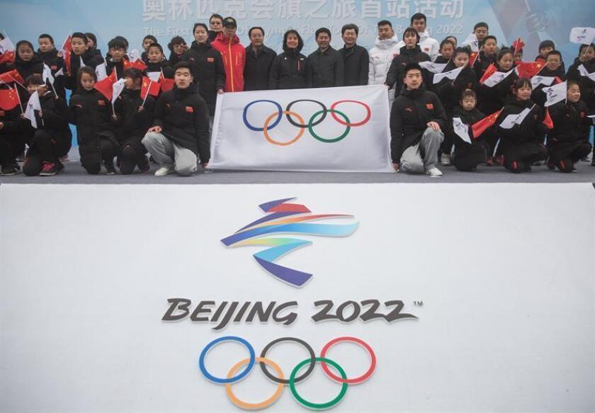 Escolares posan con la bandera olímpica en la sección Badaling de la Gran Muralla en Pekín (China). Pekín celebrará los Juegos Olímpicos de Invierno en 2022. EFE/Archivo