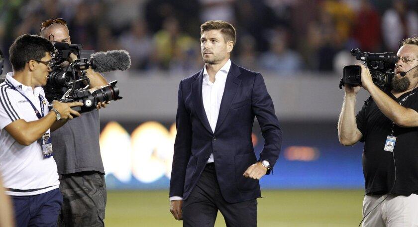 Steven Gerrard caminó por el gramado del StubHub Center y se dirigió a los aficionados angelinos.