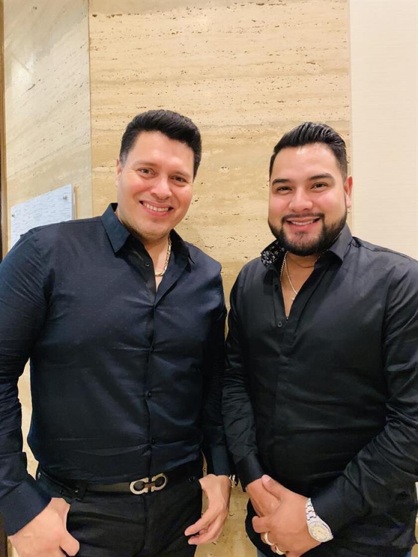 Fotografía del 12 de noviembre de 2018 donde aparecen los vocalistas de la Banda MS de música norteña mexicana, Oswaldo Silvas (i) y Alan Ramírez (d), mientras posan para Efe durante una entrevista realizada en Miami, Florida (EE.UU). EFE