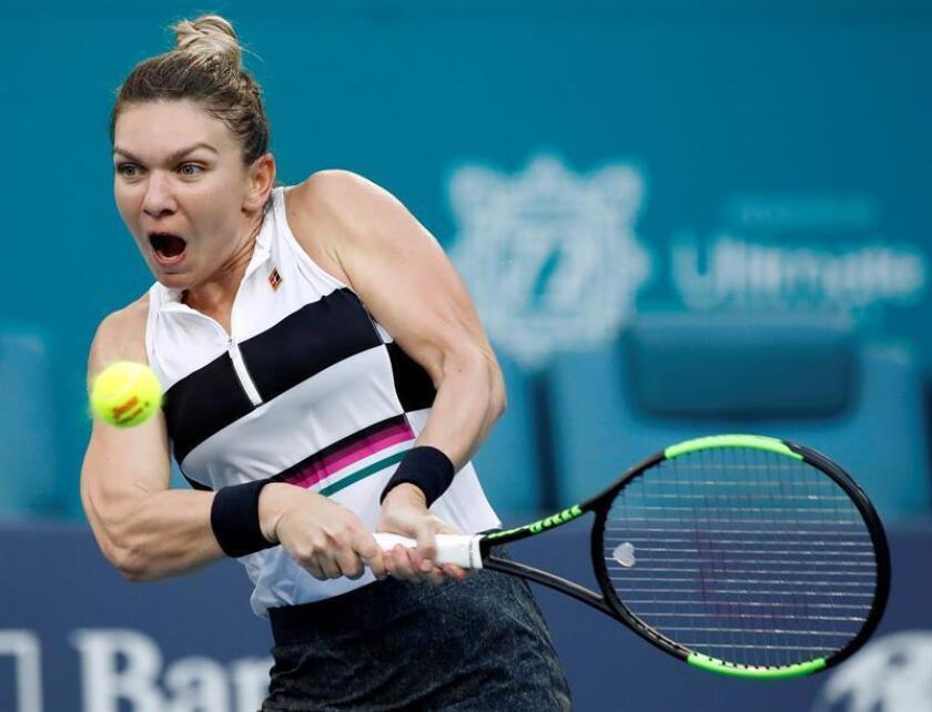 La rumana Simona Halep en acción contra la estadounindense Venus Williams durante un partido del del Abierto de Miami este lunes, en Miami (EE.UU.). EFE