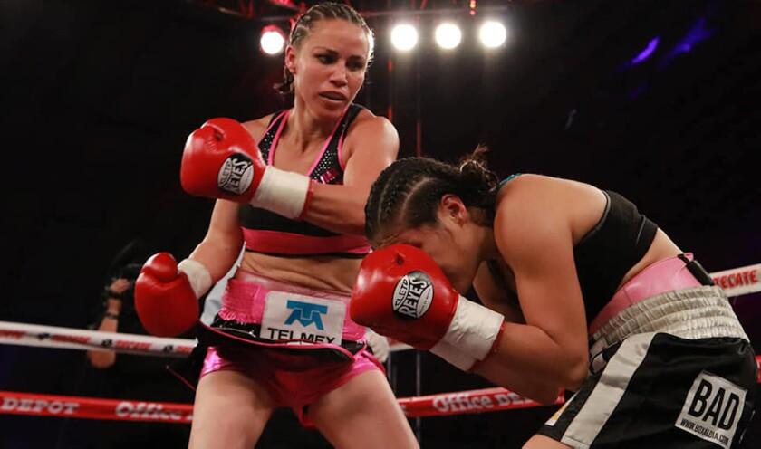 Zulina 'Loba' Muñoz conecta a Arely Valente. La ex campeona mundial tuvo un notable regreso al boxeo tras 20 meses de ausencia.