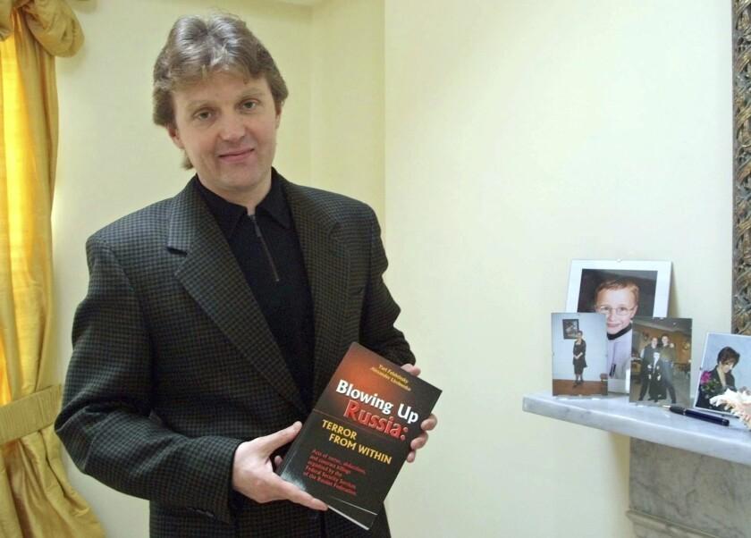 En esta imagen de archivo, tomada el 10 de mayo de 2002, el exespía ruso Alexander Litvinenko, fotografiado en su casa en Londres. (AP Foto/Alistair Fuller, archivo)