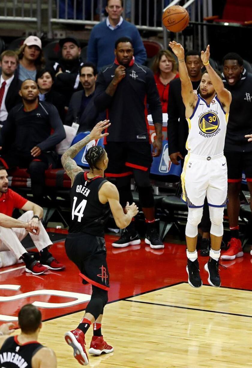 El jugador Stephen Curry (d) de Golden State Warriors en acción durante un partido de la NBA, el pasado jueves. EFE