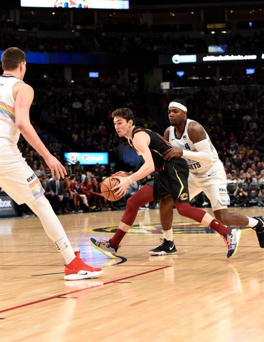Cedi Osman (c) de Cleveland Cavaliers protege el balón ante la marca de Paul Millsap (d) de Denver Nuggets durante un partido. EFE/Archivo
