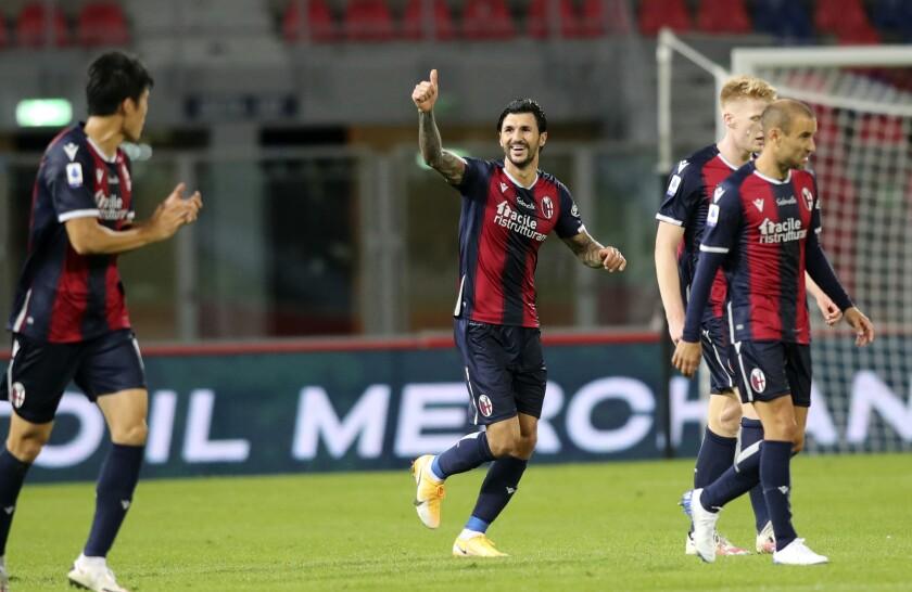Roberto Soriano (centro) festeja el segundo gol de Bologna en la victoria 4-1 ante Parma por la Serie A italiana