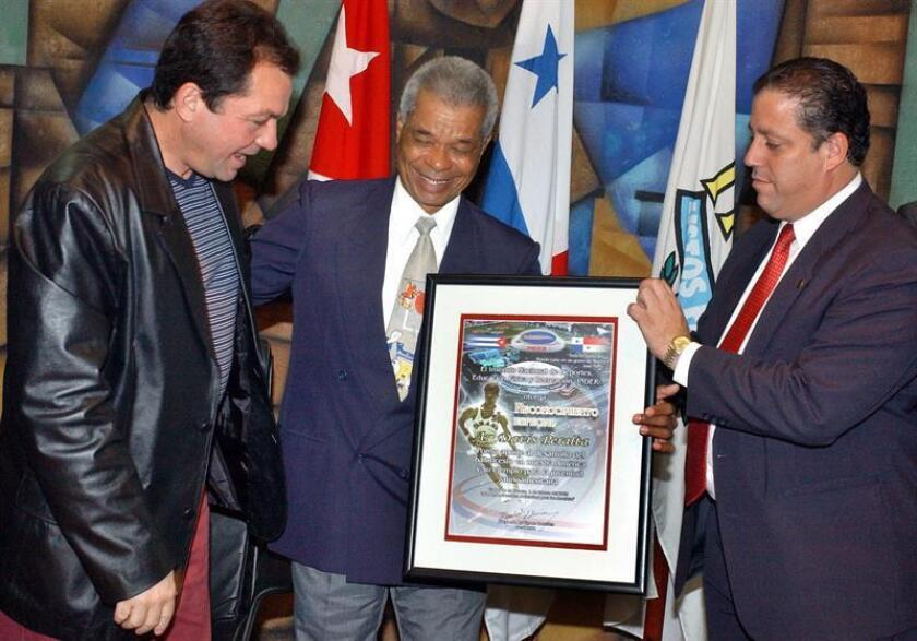 Entrega de un diploma al panameño Davis Peralta (centro), en una imagen de archivo. EFE/Archivo