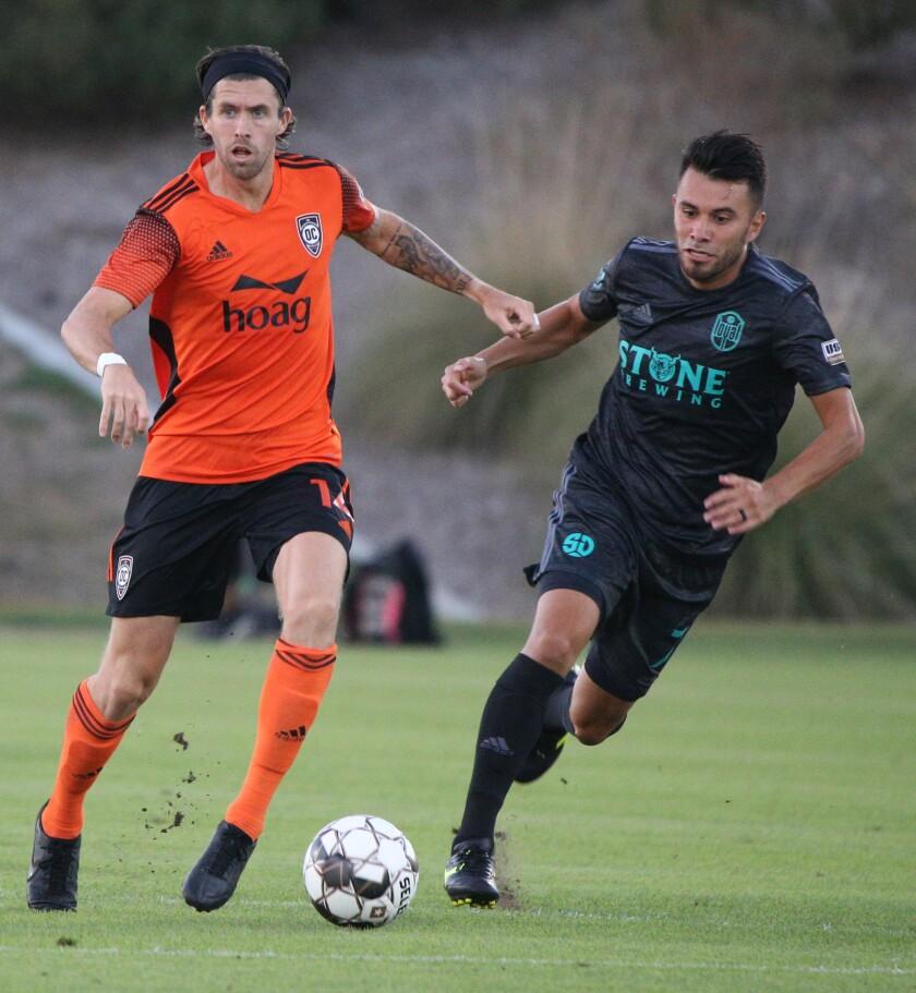 El mediocampista del Orange County Soccer Club, Aodhan Quinn, busca pasar en un juego en casa contra el San Diego Loyal el sábado.